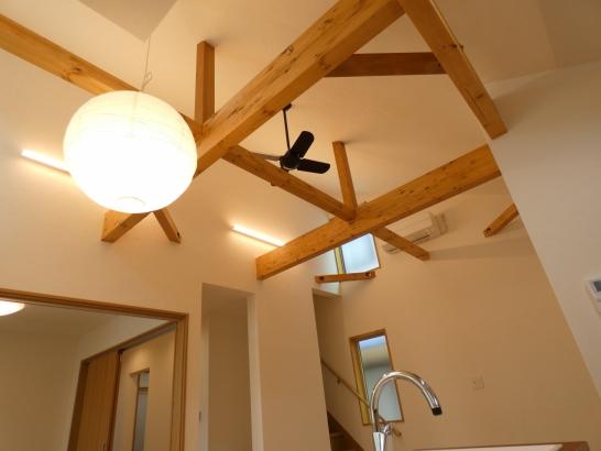 高い吹き抜けの天井が部屋をいっそう広く感じられます