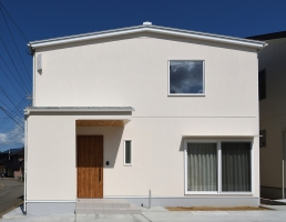 無垢材の木製階段が特徴の高性能住宅