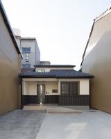 町中狭小地に建つ床暖の家
