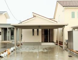 広いお風呂から中庭を望む平屋の家