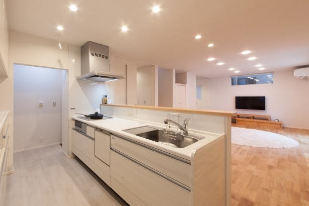 作業をしながら家族を見守ることが出来るキッチンは、直接玄関からアクセスできます