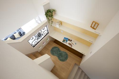 家の中心になる階段踊り場のスタディスペース。吹き抜けからLDKを見渡せます。