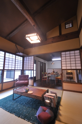 丸太や土壁がノスタルジーな雰囲気上部の小窓もアクセントとなりイイ感じです。