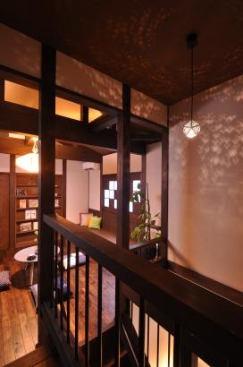 階段には星空のような印影の照明がロマンチックです。