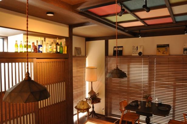 格天井の色襖と格子の建具がノスタルジーな空間を演出しています。
