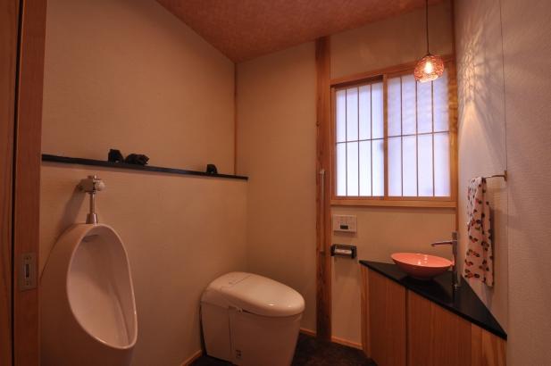 上品な料亭の雰囲気のトイレ