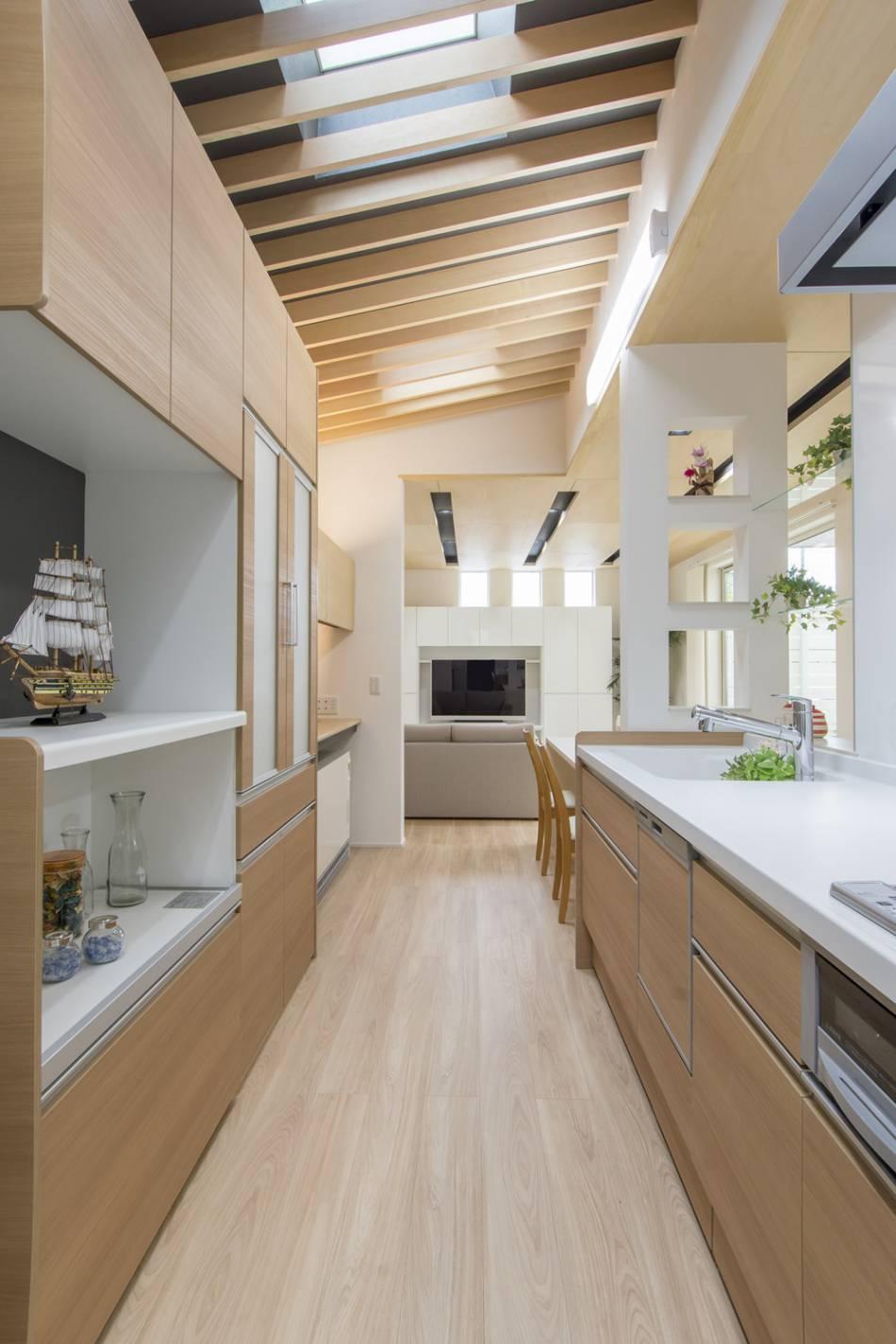キッチンは、清潔感溢れる明るいデザインに。