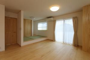 無垢のフローリング、しっくい壁のナチュラルで開放的な家
