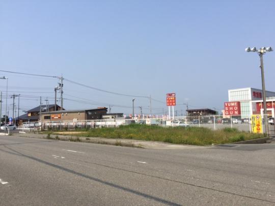 R8吉野家の牛丼加賀店となり。間口が36.8Mあり飲食店などの店舗向きの土地です。