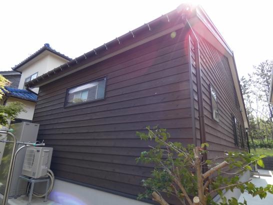伝統的な杉の下見板張りで落ち着いた平屋建ての家です 思っているより高耐久な外壁です