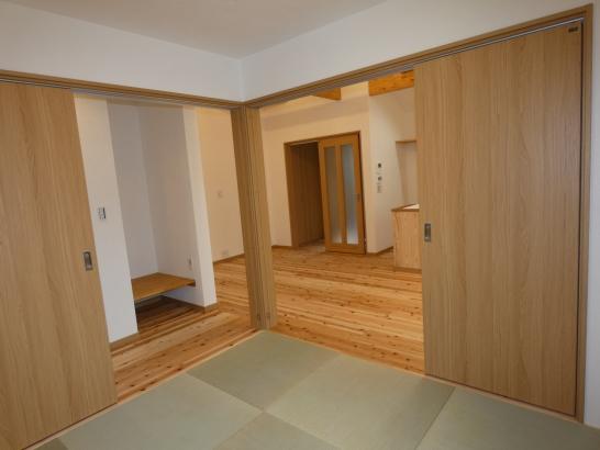 和室の戸を開けるとリビングと一体の広い部屋になります