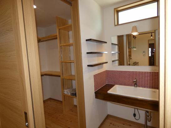 シンプルな洗面室ですが洗面ボウルが大きいので色々使えます