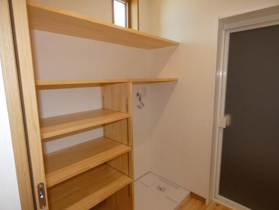 脱衣室は着替えや洗濯物を1つの部屋で行える便利な部屋に仕上げました
