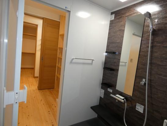 浴室、脱衣室、洗面室、クローゼット室と一列に繋がった家事動線も楽なロイヤルストーレートです