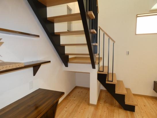 スケルトン階段と階段下の収納が上手く出来ています