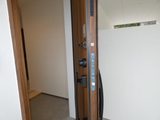 玄関ドアはLIXILグランデル2 熱貫流率1.28の桁違いの高性能ドアです 厚みが有りますね