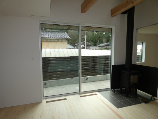 窓の高さが天井までの2400も有る明るいテラス窓です
