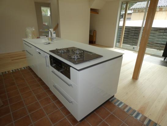 白い大きなキッチンは家族で料理しても十分な広さです