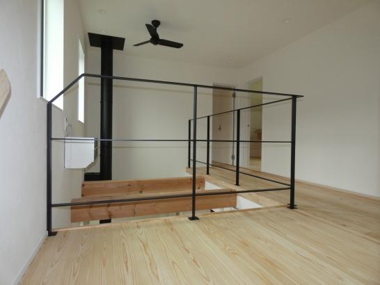 2階のローカにシャープな黒のアイアン手すりと吹抜が開放感たっぷり