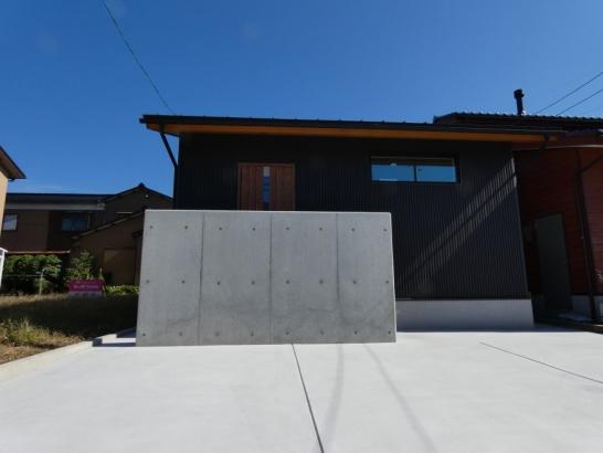 玄関前の目隠し塀がスッキリした外観を作っています
