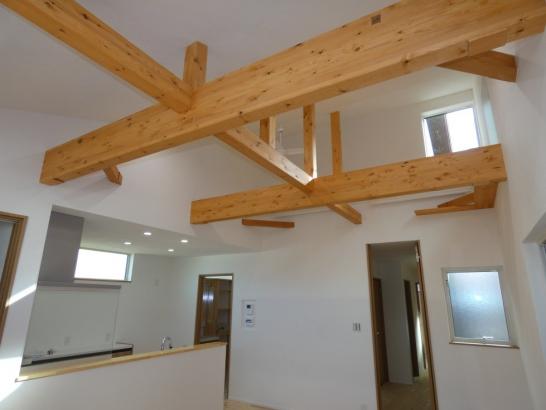 吹抜勾配天井に骨組みの梁が見えて開放感が有る明るいリビングです