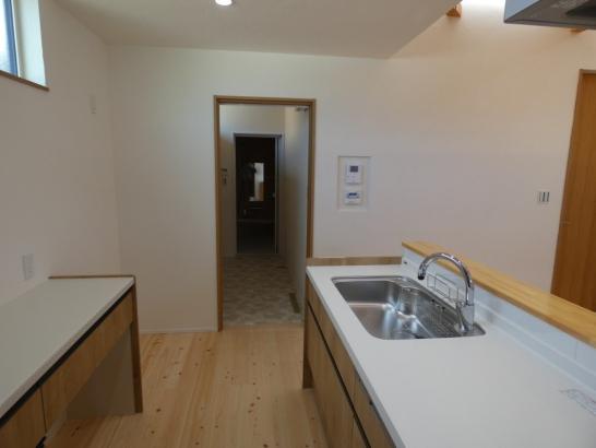 キッチンから洗面脱衣所、浴室が一直線の家事楽動線です