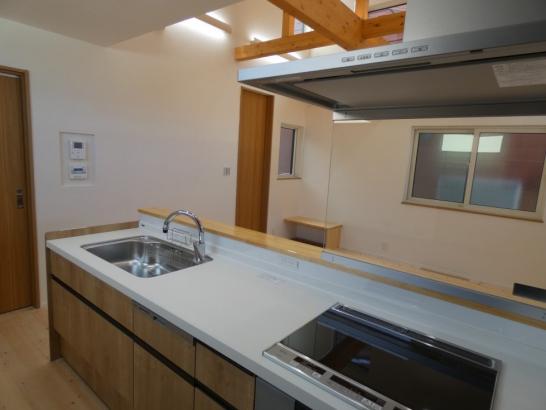 キッチンからリビングの様子と洗濯の様子が見える理想的な配置です