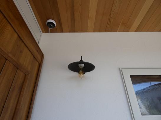 アプローチを照らす照明はレトロ調のシンプルな照明が素敵です