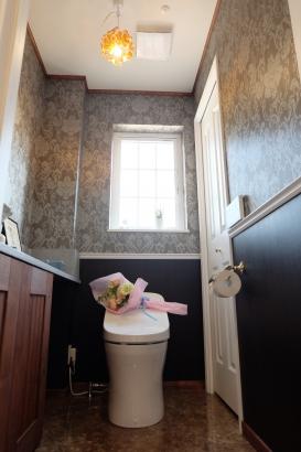トイレはエレガントな壁紙でレトロ感を演出しました