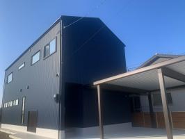 吹き抜けと大きな窓で開放的な暮らしができる高性能住宅