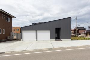 大きなインナーガレージ付きの平屋の高性能住宅