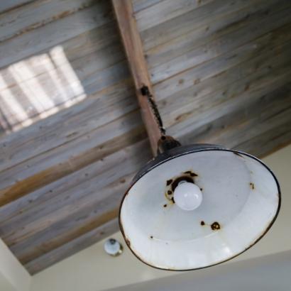 板貼り勾配天井、アンティーク照明器具