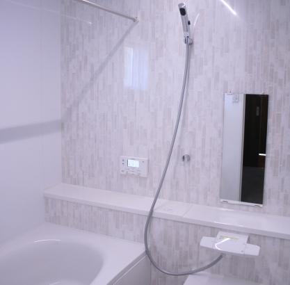 お風呂のアクセントは淡いホワイト色をチョイス。水垢汚れが目立たず、お掃除ラクラクです。