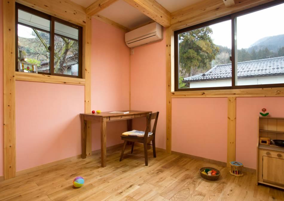 かわいいピンク色の壁にナチュラルな木の色は子供部屋にぴったり!