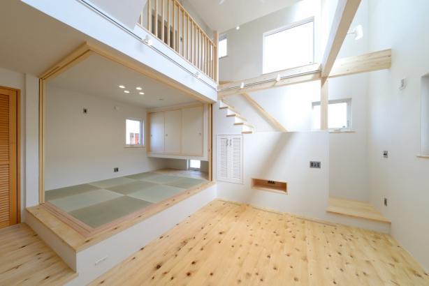 床材は能登ヒバの無垢材を使用。足触りが気持ち良くて、裸足で思わず歩いてしまいます。