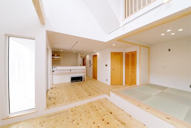 家具が無い状態のLDK空間。空間を繋いでいる能登ヒバの無垢床が見た目にも気持ち良さを感じます。