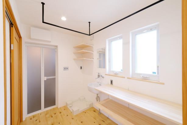 無垢板の飾り棚は弊社造作家具です。こちらも床は能登ヒバの無垢床で廊下から繋がっています。窓を2つ設け、明るさと風通りをよくしています。