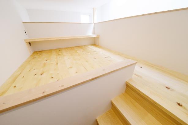 2階から吹抜の方に向かって作った隠れ部屋的書斎。旦那様がゆっくりと読書やPCを楽しむ場所です。