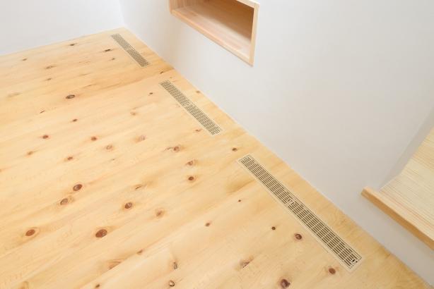 床材の色味に合わせて、排気口もコーディネイト。床下から冷暖房の空気が通ります。