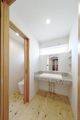 名古屋タイルで楽しくオシャレな洗面空間へ。使用しているタイルや籠なども色味を統一して、温もりがありつつもすっきりとした印象に。