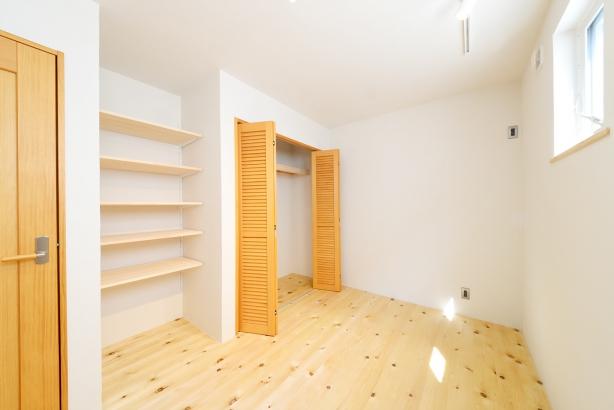 2階の居室も、能登ヒバの無垢床や造作棚など、木をふんだんにしようし、壁は能登産珪藻土で、年間を通して快適な空気に包まれて暮らしていただけます。