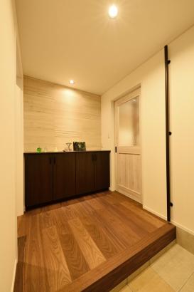 玄関/エコカラットタイルを貼った飾り棚の下は、収納になっている