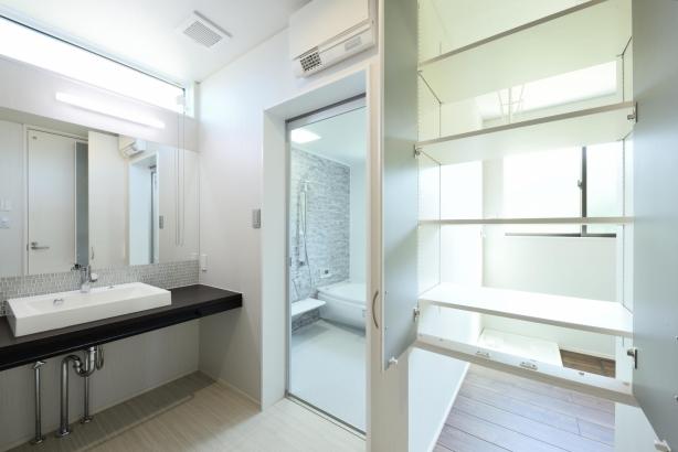収納の扉を開けるとサンルームと直結で、衣類のパスがとても簡単