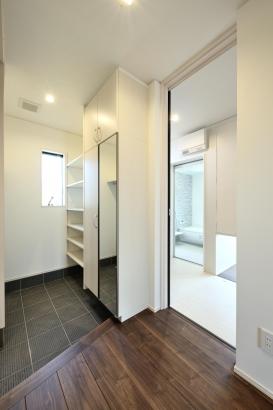 たっぷり収納を確保。洗面脱衣室の出入口があり、来客時にキッチンからの裏動線にもなる