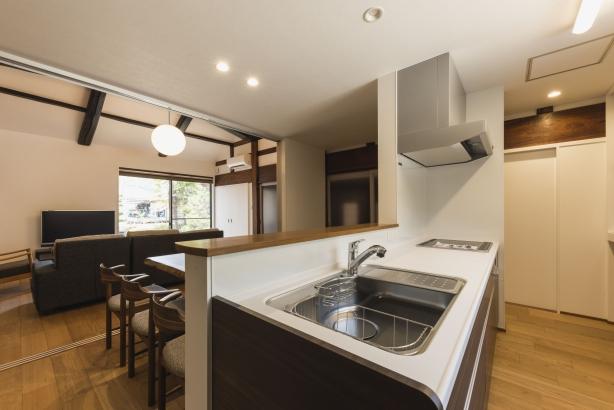 LDK/キッチンは天井高さを低く抑え、リビングの開放感を強調