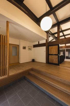 玄関/LDKとの引違戸の上にガラスを設置し、開放感と玄関から奥に招かれるワクワク感を演出