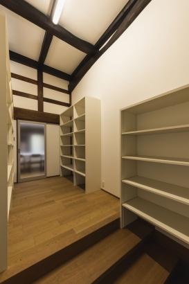 シューズクローク/広々していた玄関を半分に分けて、機能的な収納空間を設ける