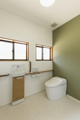 トイレ/既存の窓を残しながら、内装や機器を新設