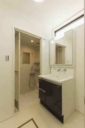 洗面脱衣室/既存で浴室はあるので、簡単に身支度ができるようにシャワールームを新しく設けた