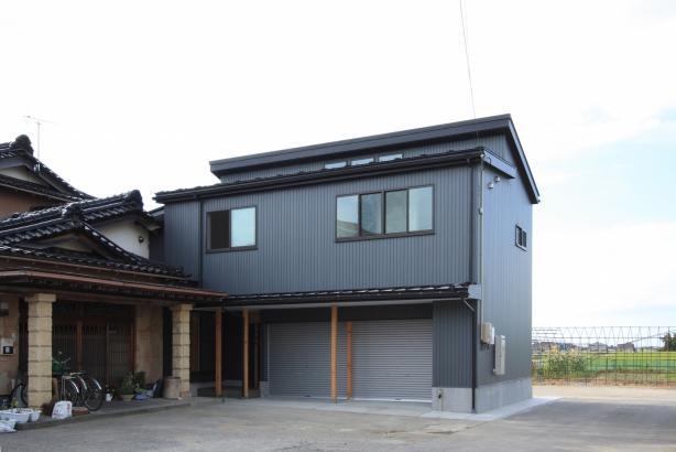 外観/外壁、屋根ともの金属張りの外装。